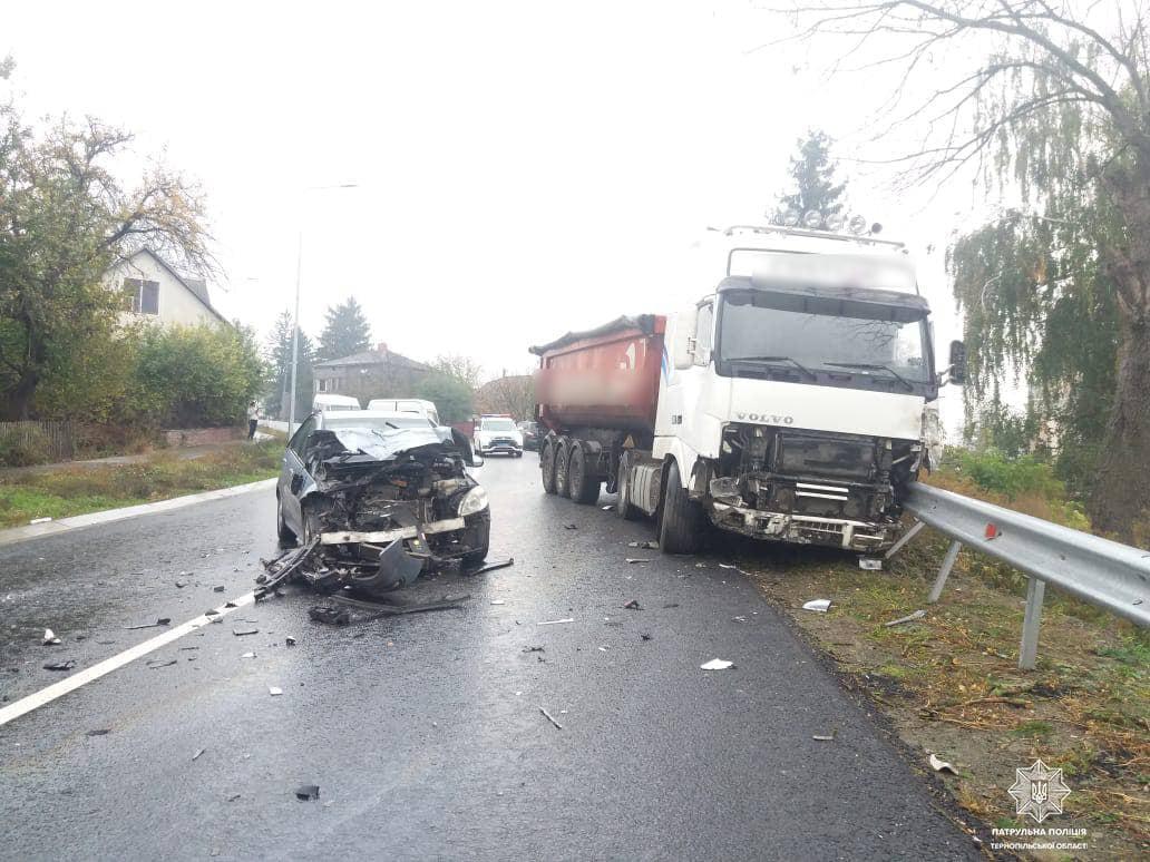 ДТП на Тернопільщині: зіткнулися вантажівка та дві легківки, рух ускладено (ФОТО)