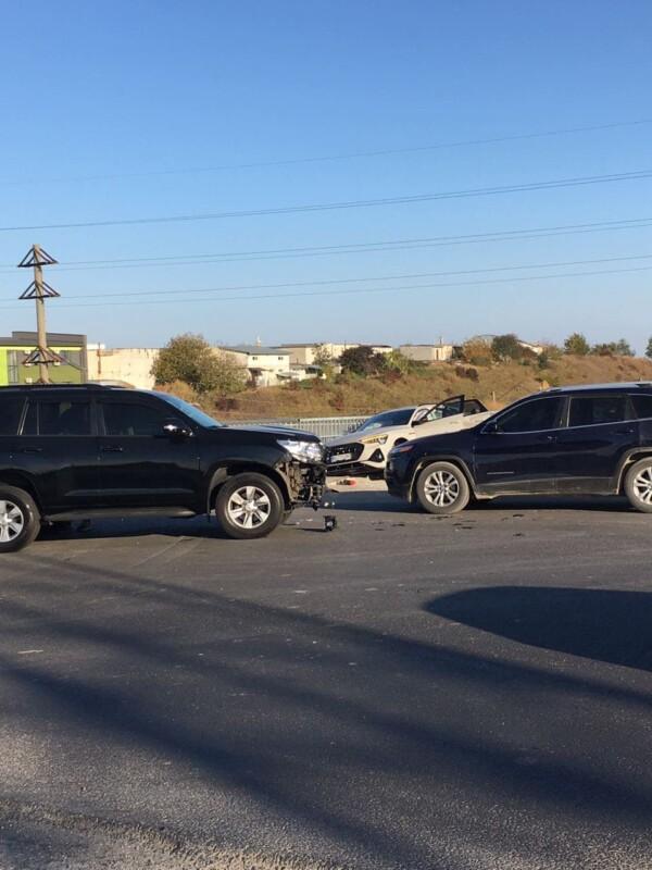 """У Тернополі на Гаївському ДТП: електрокар """"Ауді"""" ледь не впав із мосту (Фото)"""