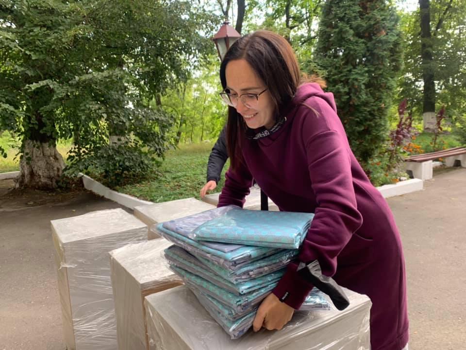 Нова постільна білизна, тумбочки та рушники: підопічні Денисівського будинку престарілих отримали допомогу