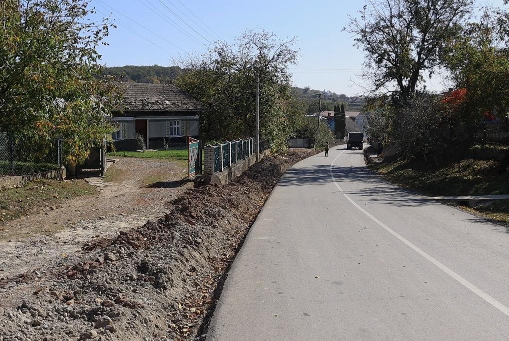 Господарський підхід: в одному з сіл Великоберезовицької громади на дорозі облаштовують водовідведення (ВІДЕО)