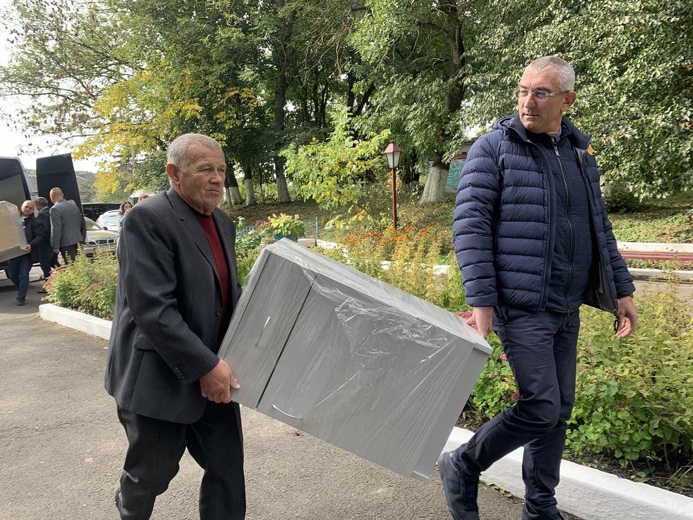 Нова постільна білизна, тумбочки та рушники: Денисівський будинок перестарілих отримав допомогу