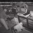 Нічна крадіжка у Тернополі: чоловіки віджали двері, викрали гроші та товар (ВІДЕО)