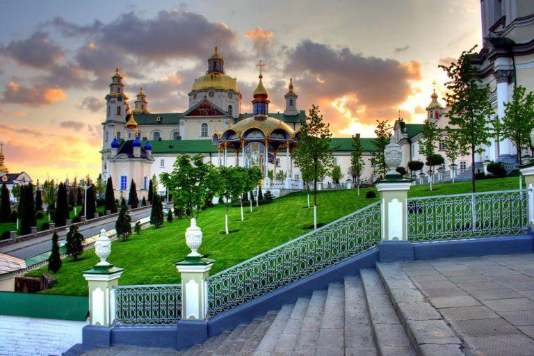 Відомий блогер експериментом довів, що у Почаївській Лаврі моляться за Путіна
